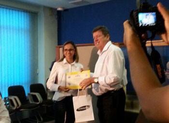 Patrícia Andrade recebeu prêmio das mãos de Ulysses Moraes, superintendente estadual do Sebrae no Piauí (Foto: Katylenin França)
