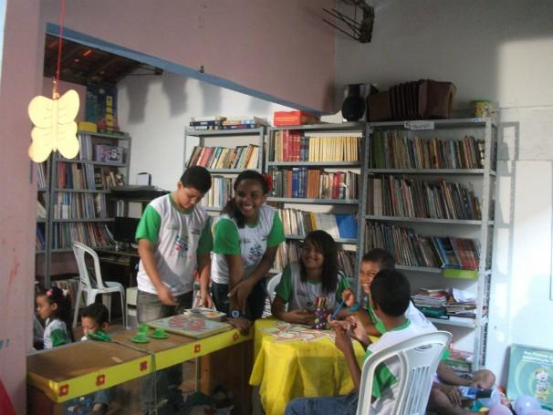 Crianças beneficiadas pelo projeto em oficina de leitura. (Foto: Divulgação)