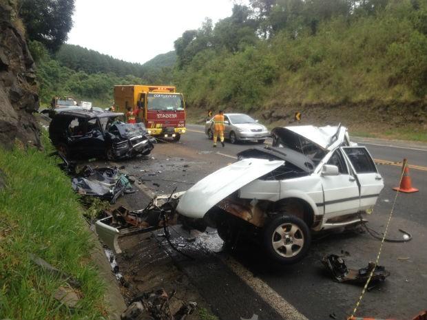 Três pessoas que estavam no carro branco morreram no acidente na BR-376, próximo ao pedágio de Tibagi (Foto: Luiz Fernando Silveira/RPC TV)