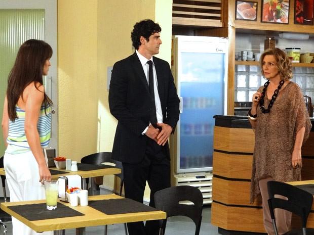 Charlô exige uma explicação de Carolina (Foto: Guerra dos Sexos / TV Globo)