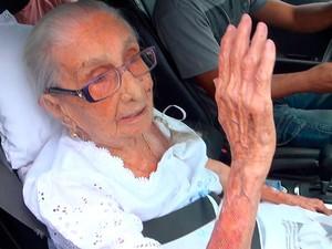 Dona Canô recebe alta médica de hospital em Salvador (Foto: Gabriel Gonçalves/ G1)