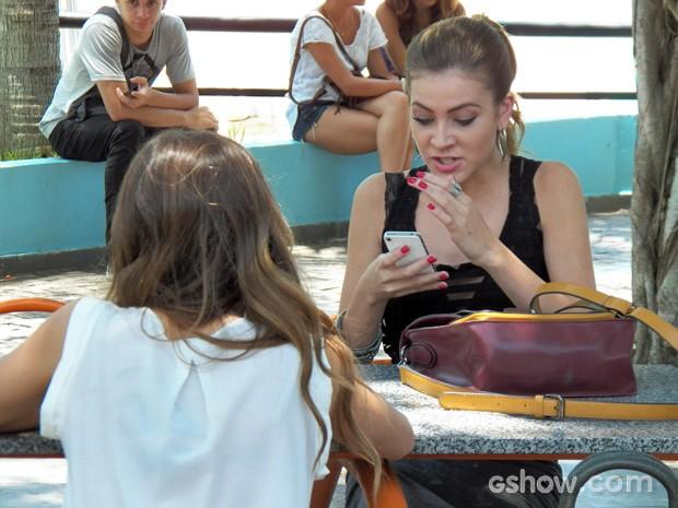 Sofia fica chocada ao assistir vídeo de Anita e Ben (Foto: Malhação / TV Globo)