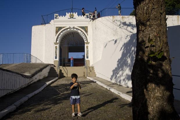 No topo do Morro do Leme, a rampa de entrada do Forte Duque de Caxias, construção que teve início a mais de 230 anos de idade. (Foto: © Haroldo Castro)