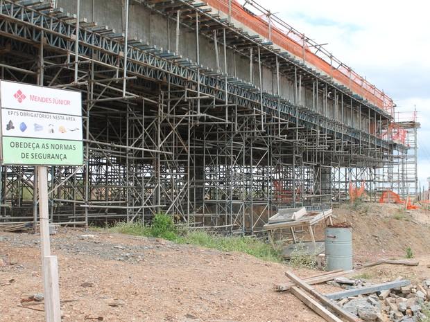 Parte da estrutura de uma ponte que deveria passar sobre o canal está enferrujada (foto: taisa alencar / g1)