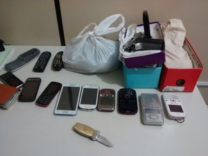 Pistola, drogas, aparelhos celulares e uma balança de precisão foram apreendidos na residência (Foto: Shade Andrea/G1)