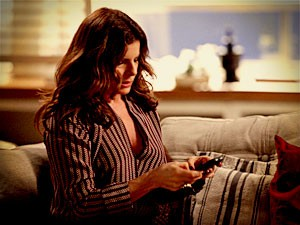 Verônica intercepta uma mensagem no celular de Noêmia e descobre caso (Foto: Avenida Brasil / TV Globo)