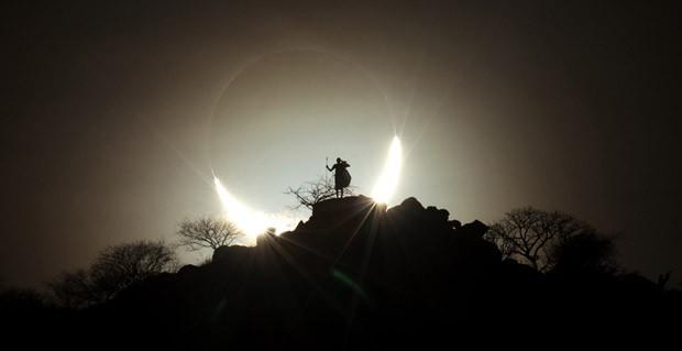 A figura de uma silhueta sob o pano de fundo de um horizonte na savana do Quênia é um eclipse solar híbrido raramente visto. Essa foto foi feita por Eugen Kamenew, da Alemanha, e ganhou o primeiro lugar na categoria 'Pessoas e Espaço' (Foto: Eugen Kamenew)