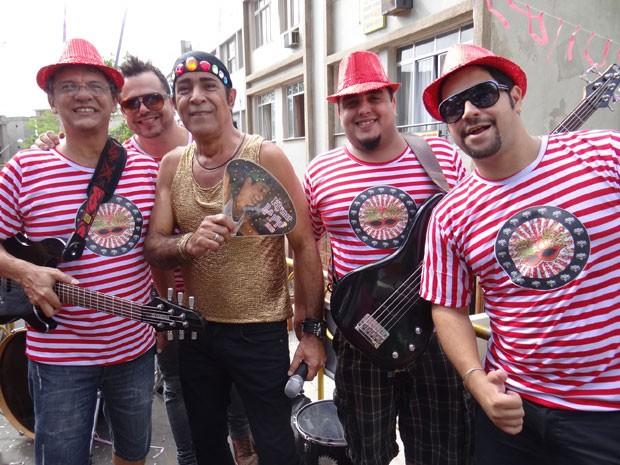 Elymar posa com a banda no intervalo (Foto: Salve Jorge/TV Globo)