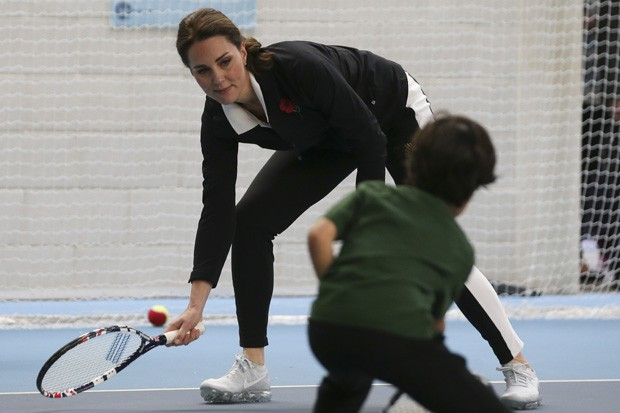 LONDON, UNITED KINGDOM - OCTOBER 31: Catherine, Duchess of Cambridge, takes part in a Tennis for Kids session during a visit at the Lawn Tennis Association (LTA) at the National Tennis Centre on October 31, 2017 in southwest London, England.  The Duchess  (Foto: Getty Images)