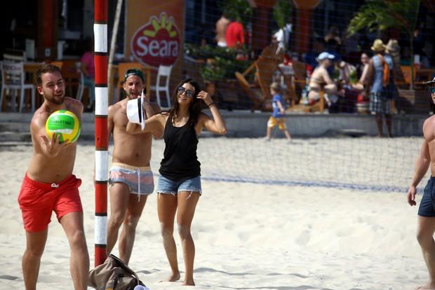Nina Dobrev na praia de Copacabana (Foto: Gabriel Reis/Agnews)