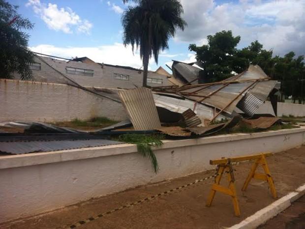 Vento destelhou pavilhões do recinto de exposições do município (Foto: Renan Saran/Arquivo Pessoal)