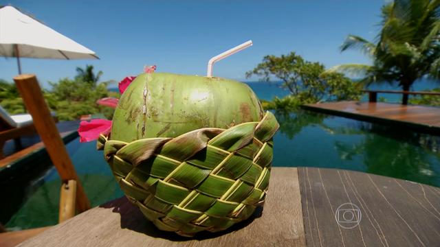 Água de coco tem preço elevado nas praias da região (Foto: Reprodução/TV Tribuna)