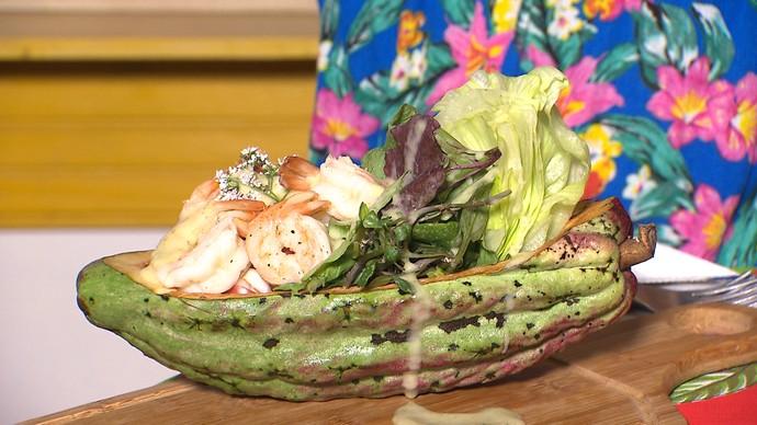 Salada a Camboinha tem hortaliças, cacau e camarão (Foto: TV Bahia)