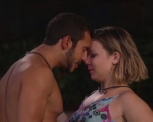 Matheus e Maria Cláudia beijo jardim Noite 23_01 (Foto: TV Globo)