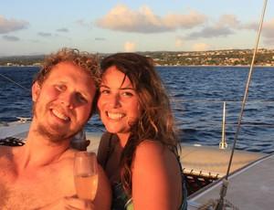 Caê celebrou o término da travessia com a esposa Ciça em Barbados (Foto: Reprodução)
