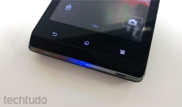 Xperia J tem luz de notificação na parte traseira, mas visualização é difícil (Foto: Elson de Souza/TechTudo)