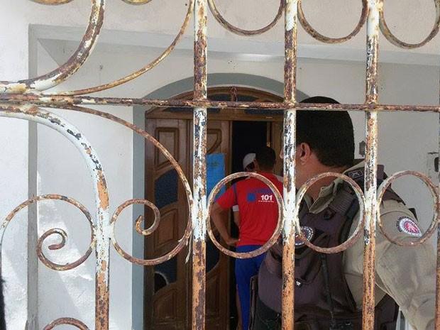 Mulher é morta dentro de casa em Santo Antônio de Jesus, na Bahia (Foto: Site Voz da Bahia/ Marcus Augusto)