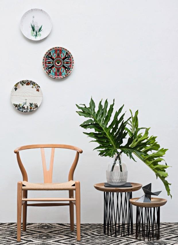 Agradecimentos By Kamy (tapete), Desmobilia (cadeira), Marché Art de Vie (mesas laterais, livro, vaso, velas e escultura) (Foto: Ilana Bar / Editora Globo)