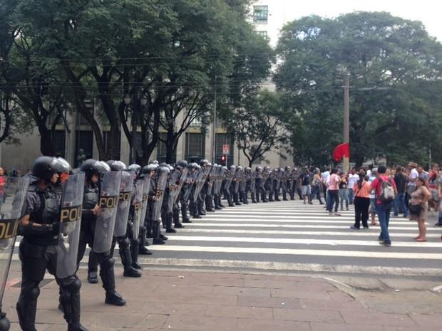PM bloqueia passagem de professores na Praça João Mendes (Foto: Roney Domingos/G1)