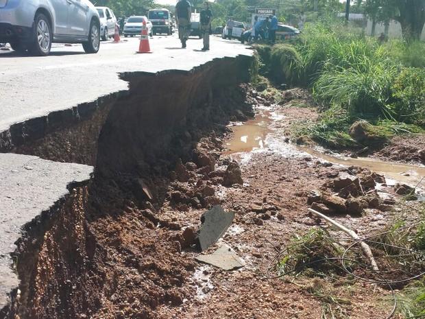 Uma parte da BR-343 apresentou erosão após a chuva (Foto: Polícia Rodoviária Federal/Divulgação)