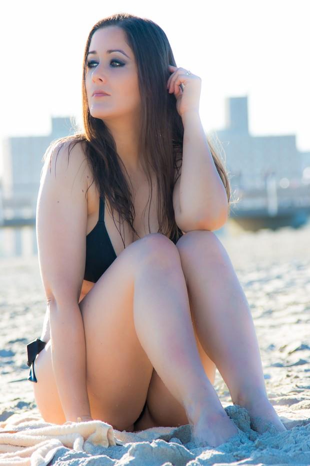 Nana Gouvêa em Coney Island Beach, Nova York (Foto: Carlos Keyes/Divulgação)