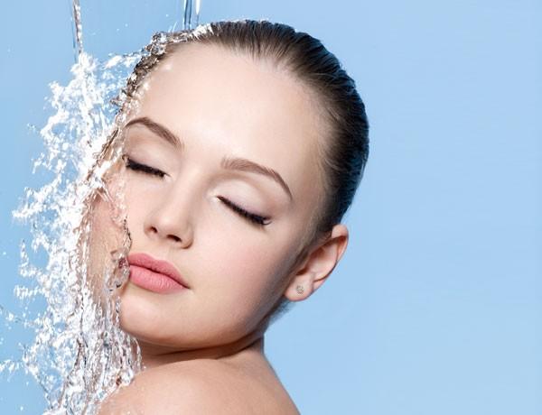 A melhor hora para aplicar o hidratante é após o banho (Foto: Thinkstock)