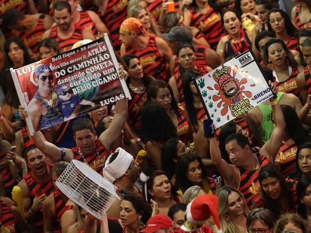 Fãs de Bell Marques exibem cartazes no bloco Vumbora, na segunda noite do Carnatal (Foto: Rayane Azevedo/G1)
