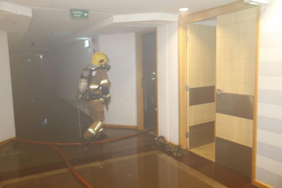 Bombeiro atuando em incêndio em hotel de Brasília (Foto: Corpo de Bombeiros/Divulgação)