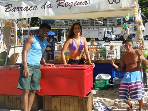 Camila Pitanga, sempre diva, com os atores Alex Brasil (à direita) e Peter Brandão (Foto: Juliana Lessa/Gshow)