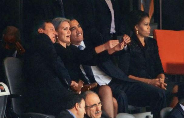 A selfie de Obama durante o funeral de Mandela teria sido a gota d'água para o fim do casamento de 21 anos do presidente com Michelle - no canto, afastada e ao que parece, nada satisfeita! (Foto: Reprodução/Instagram)