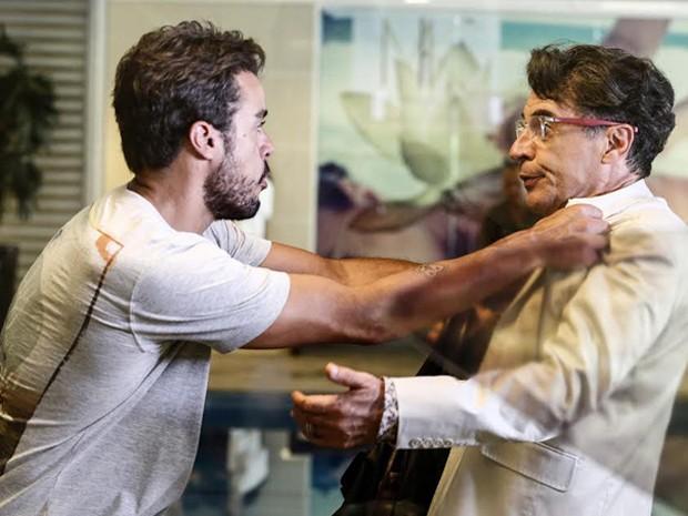 Enrico segura Téo e despeja sua raiva (Foto: Fábio Rocha / Gshow)