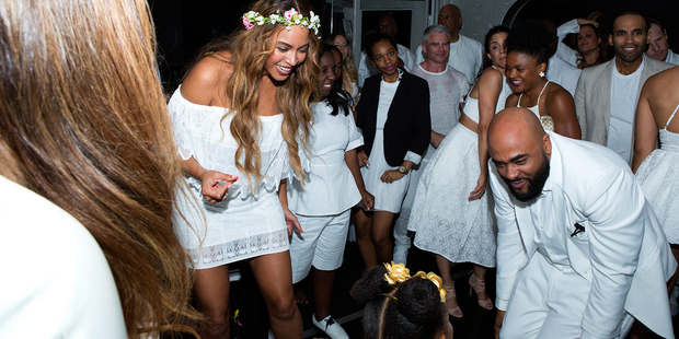 Filha De Beyoncé E Jay-Z Rouba A Cena Em Casamento