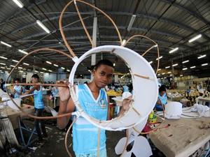 Alunos aprendem a costurar e fazer adereços no Comunidade Unida (Foto: André Durão/ G1)