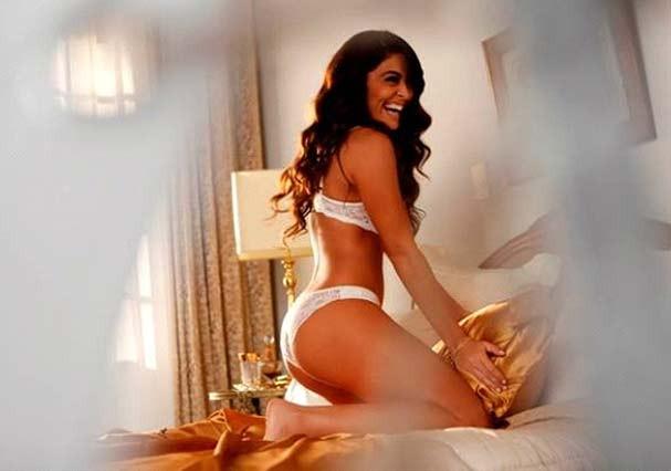 A atriz se diverte enquanto grava em cima de uma cama (Foto: Divulgação)