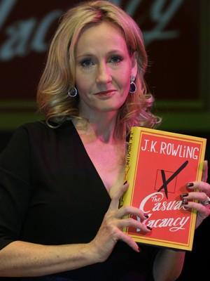 A britânica J.K. Rowling lança o livro 'The casual vacancy' (Foto: AP/Lefteris Pitarakis)