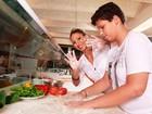 Valesca Popozuda e o filho se divertem preparando pizzas em um restaurante do Rio