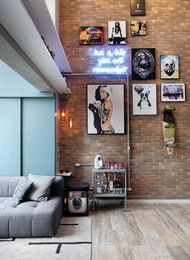 Letreiro em néon ganha espaço em meio à composição de quadros na sala (Foto: Mariana Orsi / Divulgação)