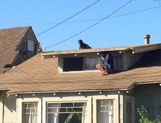 Uma americana se escondeu no telhado de sua casa para fugir de invasor (Foto: Reprodução/Twitter/Venice311)