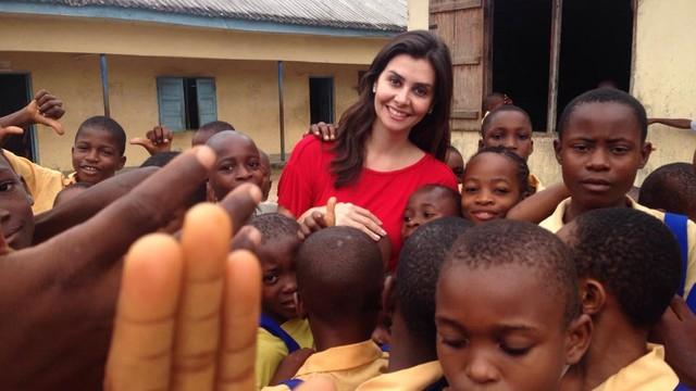 Tatyana Jorge em sua volta à África para gravar uma série especial sobre as ciranças bruxas. (Foto: Arquivo Pessoal)