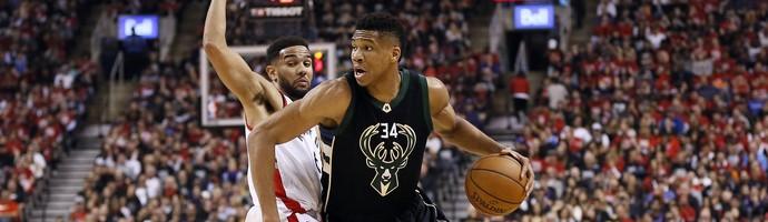 Giannis Antetokounmpo, do Milwaukee Bucks, passa pela marcação de Cory Joseph, do Toronto Raptors (Foto: Reuters/John E. Sokolowski-USA TODAY Sports)
