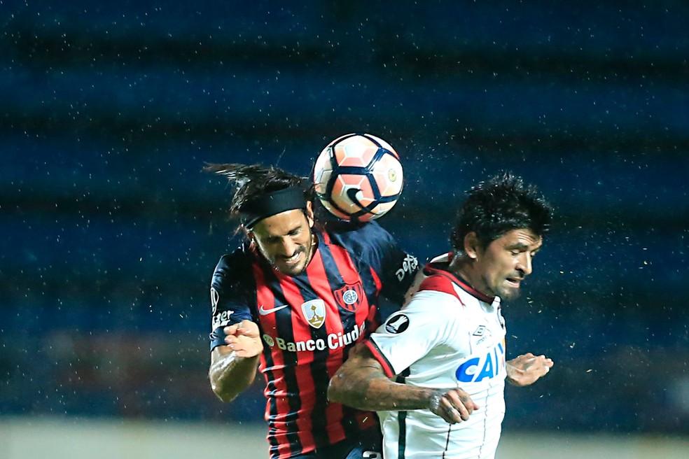Atlético-PR levou a melhor sobre o San Lorenzo jogando em Buenos Aires  (Foto: Gazeta do Povo/Albari Rosa)