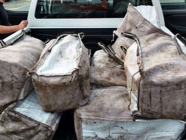 Foram encontradas sacolas com cerca de 322 kg de cocaína  (Foto: Divulgação/Receita Federal)
