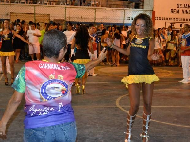 Coreógrafa e passista sambam na quadra da Boa Vista, em Cariacica. (Foto: Mariana Perim/ G1ES)