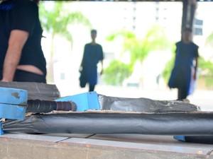 Armas de swordplay são feitas com cano PVC e espuma (Foto: Carol Giantomaso/G1)