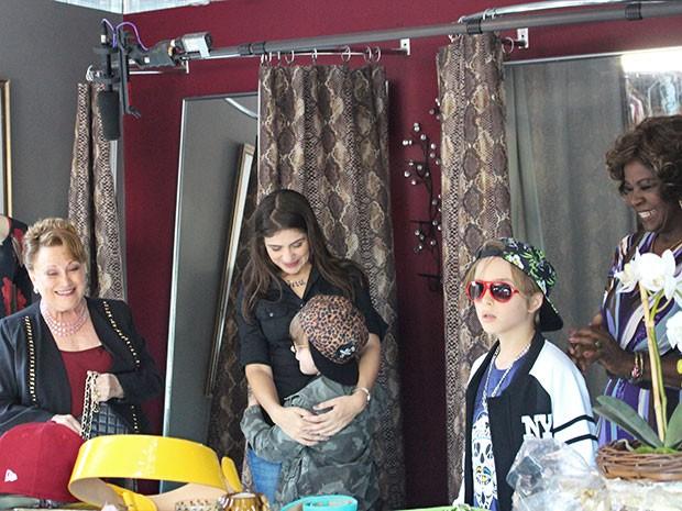 Elenco se diverte nos bastidores de gravação com os intérpretes de Lourenço e Pedroca (Foto: Ariane Ducati/Gshow)