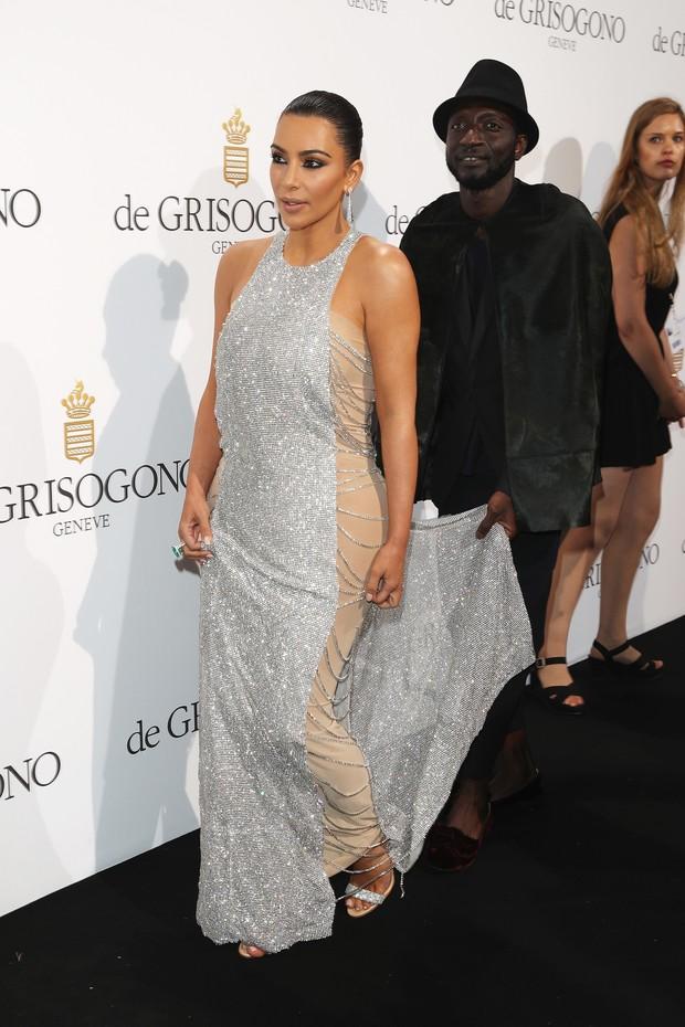 Kim Kardashian leva assistente para segurar cauda de vestido no tapete vermelho (Foto: Getty Image)