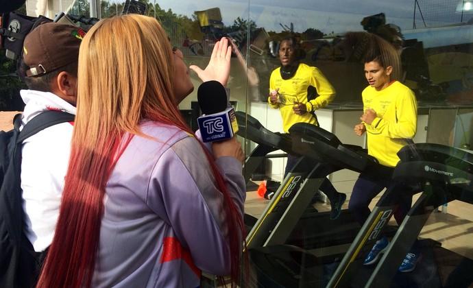 Repórter Sofia Caiche manda beijos durante treino (Foto: Laion Espíndula / GloboEsporte.com)