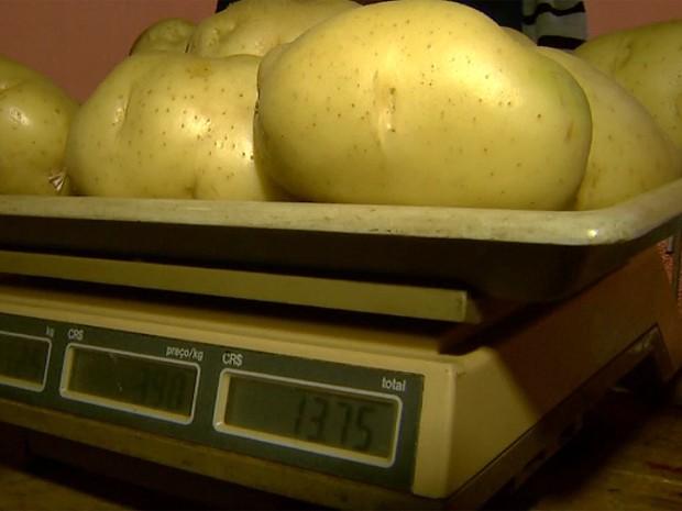 Em janeiro e fevereiro, quilo da batata era vendido entre R$ 1,98 e R$ 3,45 em Barretos (Foto: Reprodução/EPTV)