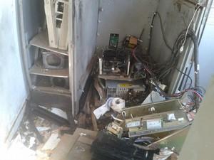 Restos do caixa eletrônico que foi explodido por três homens em Santa Rosa do Tocantins (Foto: Adriano Fonseca/TV Anhanguera)