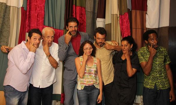 O diretor Luiz Fernando Carvalho com o elenco do especial Alexandre e Outros Heróis, em apresentação no Projac (Foto: Amanda Freitas/Globo)